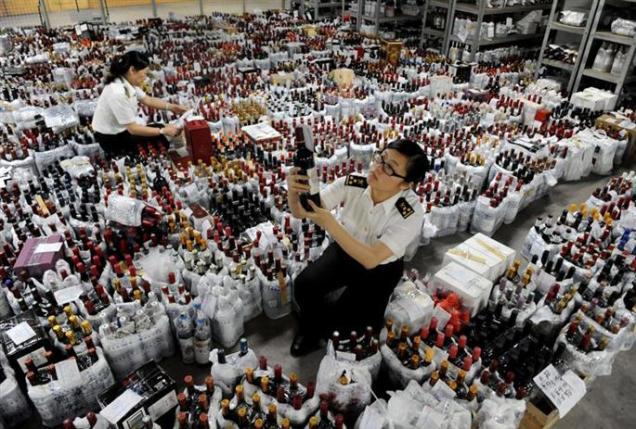 chine-lors-d-un-controle-douanier-a-shenzhen-des-milliers-de-bouteilles-de-vin-de-contrebande-ont